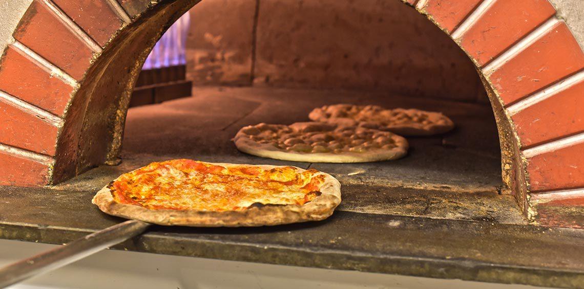 pizza margherita che sta per essere sfornata