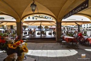 caffè le logge, esterno sulla piazza principale di greve in chianti